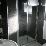 Salle de bain moderne de la suite