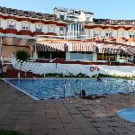 Bonita vista del hotel y zona de piscina