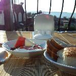 朝日に照らされた海を眺めながらの朝食です。
