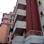 Verwohnte Optik ausen, unbehandelter Beton ( im Hintergrund Hotel EUR )