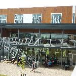 les terrasses du restaurant et du lounge donnant sur la cour