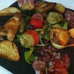 Assiette apéritif Charcuterie Corse Feuilleté de Brocciu et petits légumes farcis blette et Broc