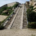 La scalinata.Fu costruita per trascinare nella parte alta del forte i cannoni.