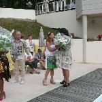 La propriétaire et son époux offrant des fleurs lors d'une soirée organisée.