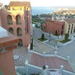 vue vers Gibraltar et la mer, place principale et accès piscine