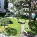 Vue du beau jardin de la résidence depuis la chambre