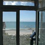 Blick vom Zimmer auf Balkon und Meer