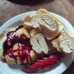 Baked brie w/ raspberry sauce, apples and baguette slices
