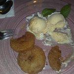 Dessert: Frittelle di mele con gelato e cannella (Apfel kuchle)