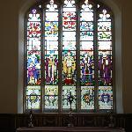 ギルド教会祭壇上部のステンドグラス
