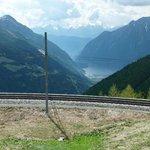Vue depusi Alp Grum vers Poschiavo et son lac. Le train va y descendre.