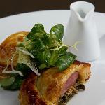 Filet de pigeon roti en croûte, choux braisé au jus gras