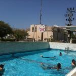 une piscine rempli de mégot par des jeunes ivres