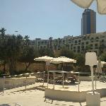 Vista hotel Hilton dalla piscina sulla scogliera