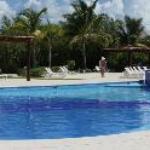 piscina em frente ao mar