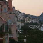 バルコニーから見える左手の五つ星ホテルたち