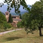 Alrededores de la casa: iglesia románica