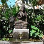 Statua nel giardino cortile