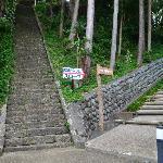 小山城に行く石段・右が女坂