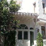 La fachada del hotel, estilo colonial