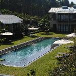 vista desde la entrada de la habitacion a la piscina