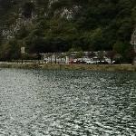 Vista de la entrada de la Cueva desde la otra orilla