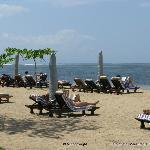 La bella spiaggia attrezzata del sanur Beach
