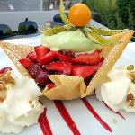 duo de fruits frais, glace pistache et chantilly