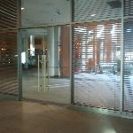 Acceso hotel desde escaleras mecánicas