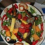 Astice cruda con frutta fresca