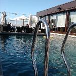 piscine qui donne sur les tables du pdj