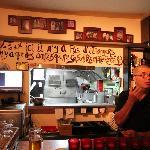 Citation (au dessus du bar) décrivant bien ce petit resto...