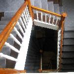 hochgefährliche, ausgetretene, steile Treppe