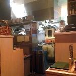 la cuisine avec le chef à gauche