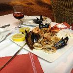 assortiment de poissons et crustacés grillés