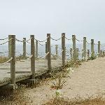 la passerella che dalla spiaggia porta al ristorante