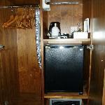 Armadio che comprende: frigo bar (rifornito) cassaforte, ferro e asse da stiro