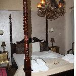 Vista de la habitación y su decoración peculiar