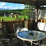 La terrasse ensoleillée du gîte : une invitation à la détente