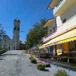 l'entrata del ristoro col Santuario del Cerro sullo sfondo