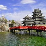 赤い橋とお城と桜