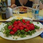 Carpaccio di spada con rucola e pomodorini