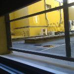 cortiletto sul quale affaccia la finestra, con unità esterne di condizionatori rumorosi