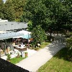 Blick vom Balkon auf Restaurantterrasse