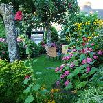 El jardin parece una pintura impresionista.