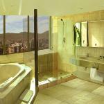 Vista Baño en suite cubierta de mármol en todas las suites.