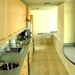 Vista cocina suite completamente equipada.