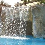 cascata con grotta e idromassaggi