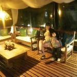 sillones en el deck de la pileta de noche
