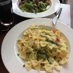 Farfalle mit Pesto und gem. Salat